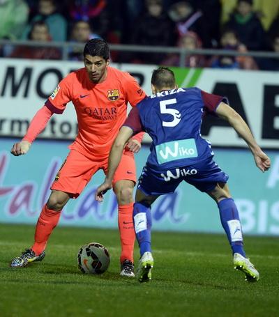 Luis Suarez trong pha bóng tấn công trước Eibar