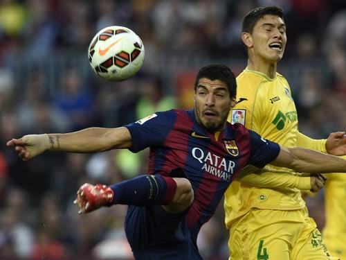 Suarez lập công sau pha phối hợp với Messi