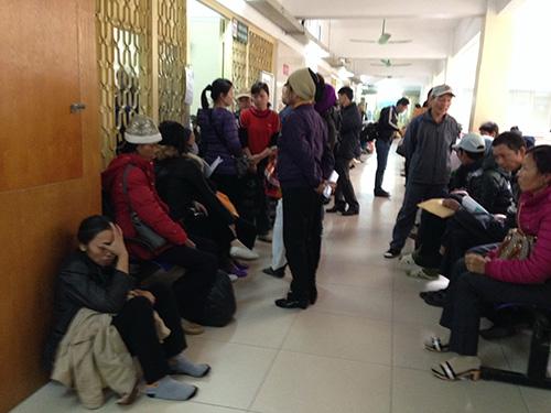 Chờ khám bệnh, kiểm tra huyết áp tại Bệnh viện Bạch Mai (Hà Nội)Ảnh: Ngọc Dung