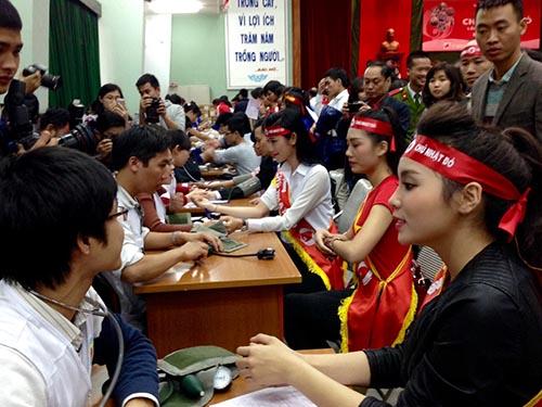 """Các hoa hậu, người đẹp và đông đảo sinh viên tham gia hiến máu trong ngày """"Chủ nhật đỏ""""Ảnh: Ngọc Dung"""