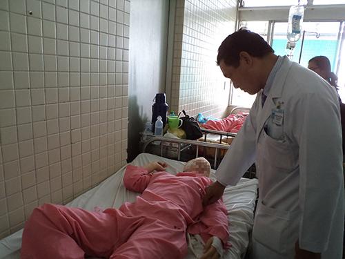 Hậu quả của bạo hành gia đình nhiều khi rất nguy hiểm. Trong ảnh: Một người vợ là nạn nhân đang được cấp cứu tại Bệnh viện Chợ Rẫy