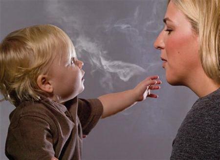 Nhóm nghiên cứu khuyến cáo tránh cho trẻ hít phải khói thuốc lá Ảnh: Reuters