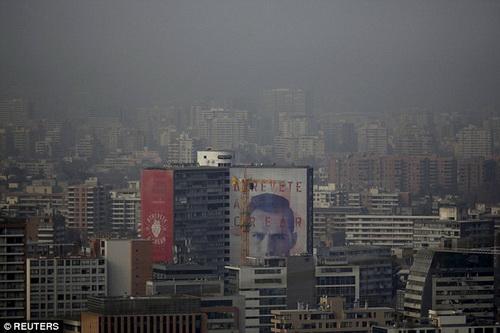 Thủ đô Santiago de Chile chìm trong sương và bụi