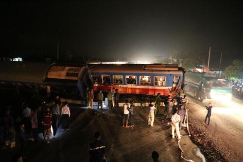 Vụ tai nạn khiến 3 toa tàu bị trật khỏi đường ray, hàng trăm hành khách hoảng loạn. Ảnh: Hoàng Táo.