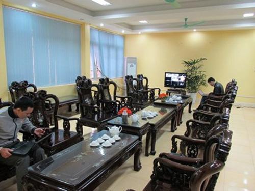 Các phóng viên tác nghiệp vụ xử Lý Nguyễn Chung trong phòng khách - ảnh: L.Kết