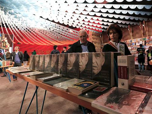 Một gian hàng trưng bày sách về đại văn hào Gabriel Garcia Marquez tại hội chợ sách quốc tế Bogota 2015. Nguồn: Reuters