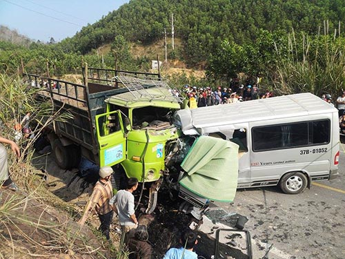 Hiện trường vụ tai nạn thảm khốc ở Thanh Hóa ngày 24-1. Ảnh: Tuấn Minh