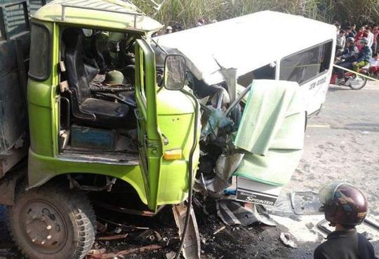 Chiếc xe khách đã lấn hẳn sang làn bên trái, tông trực diện vào chiếc xe tải gây ra vụ tai nạn thảm khốc làm 9 người chết, 5 người bị thương