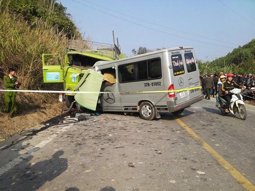 Hiện trường vụ tai nạn thảm khốc ở Thanh Hóa chiều ngày 24-1 khiến ít nhất 8 người tử nạn