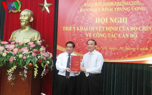 Ông Tô Huy Rứa (phải) trao quyết định của Bộ Chính trị điều động, phân công ông Hà Ngọc Chiến giữ chức Phó ban Nội chính Trung ương
