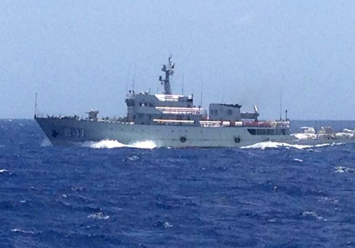 Tàu 841 hướng mũi, tăng tốc đe dọa  tàu cứu hộ SAR 412 khi đang  đưa ngư dân gặp nạn về đất liền - Ảnh: Danang MRCC cung cấp