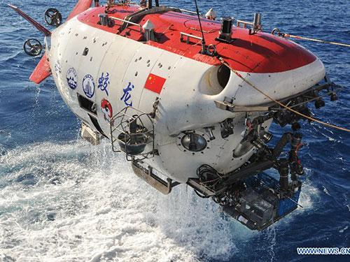 Tàu ngầm Giao Long được đưa lên khỏi mặt biển ở Ấn Độ Dương hôm 2-1Ảnh: Tân Hoa Xã