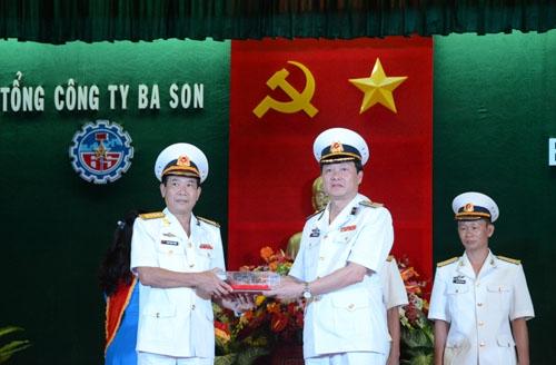 Đại diện lãnh đạo Tổng công ty Ba Son trao chìa khóa tàu cho Quân chủng Hải quân