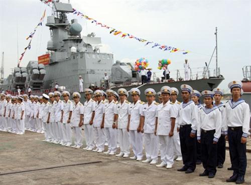 Cán bộ, chiến sĩ Vùng 2 Hải quân tại lễ bàn giao