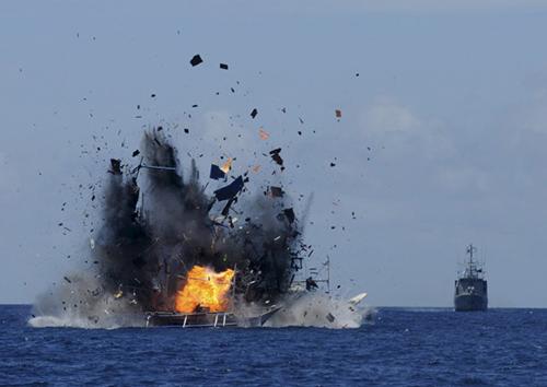 Một tàu cá bị Indonesia cho nổ tung vì đánh bắt trái phép. Ảnh: Reuters