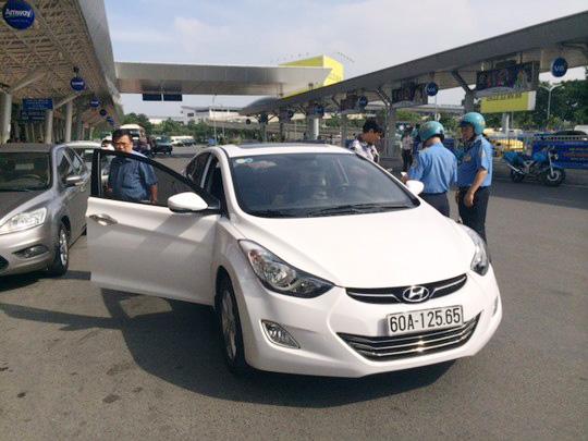 Lực lượng chức năng kiểm tra 1 xe taxi Uber tại TP HCM Ảnh: Thu Hồng