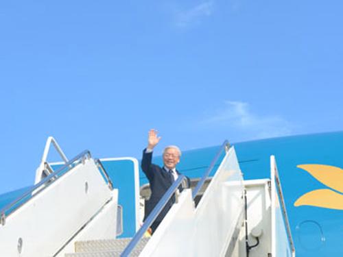 Tổng Bí thư Nguyễn Phú Trọng lên chuyên cơ, vẫy chào bạn bè Việt Nam và Mỹ ra tiễn