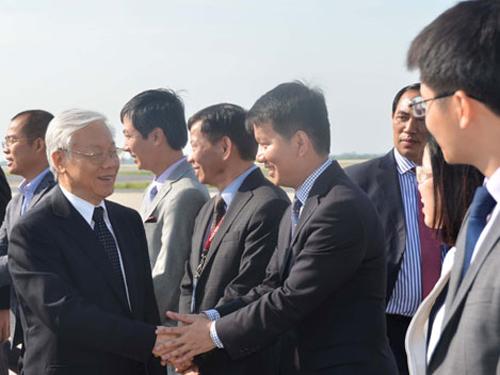 Cán bộ, nhân viên Đại sứ quán Việt Nam tại Mỹ và Phái đoàn Việt Nam tại Liên Hợp quốc ra sân bay tiễn Tổng Bí thư Nguyễn Phú Trọng