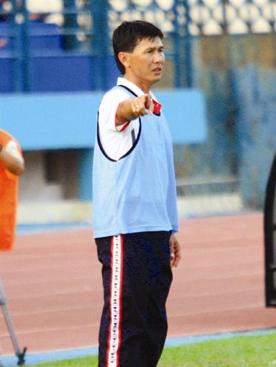 Các trợ lý như Công Minh sẽ là cầu nối đắc lực giữa HLV Miura và các cầu thủ trẻ