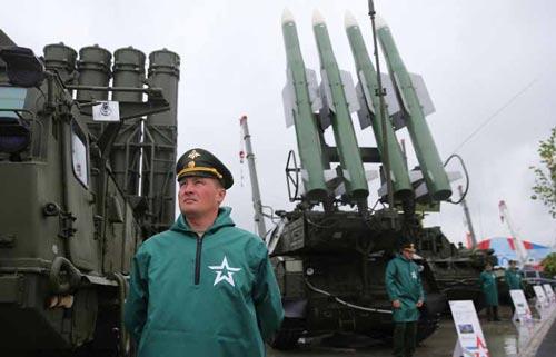 Tên lửa Nga tại cuộc triển lãm vũ khí đang diễn ra ở Moscow Ảnh: TASS