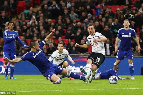 Terry (trái) cản phá pha xuống bóng của Harry Kane