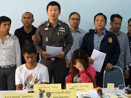 Hai nghi can Do Thi Nghia (ngồi, bên phải) và Suthipong Kanung (ngồi, bên trái) Ảnh: Bangkok Post