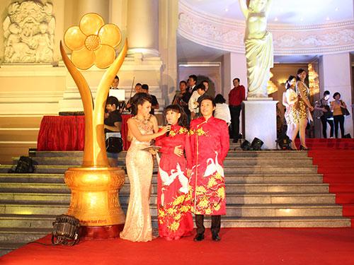 Nghệ sĩ Hoài Linh, Việt Hương xông đất thảm đỏ Mai Vàng 2014
