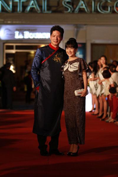Vợ chồng diễn viên, MC Bình Minh đẹp đôi lộng lẫy trên thảm đỏ Mai Vàng