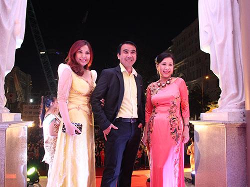 MC Quyền Linh và diễn viên Kim Xuân (áo hồng) và diễn viên Kim Thanh Thảo