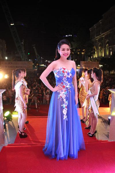 Diễn viên Lê Khánh nổi bật như một vườn hoa mùa xuân