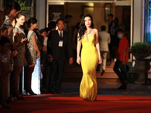 Ca sĩ Uyên Trang trong chiếc đầm dạ hội màu vàng rực rỡ