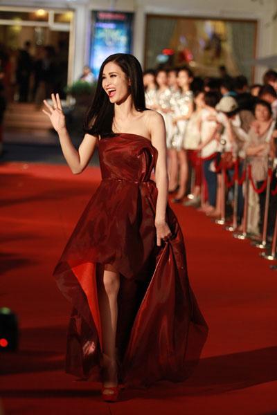 Ca sĩ Đông Nhi được fan hâm mộ đón chào