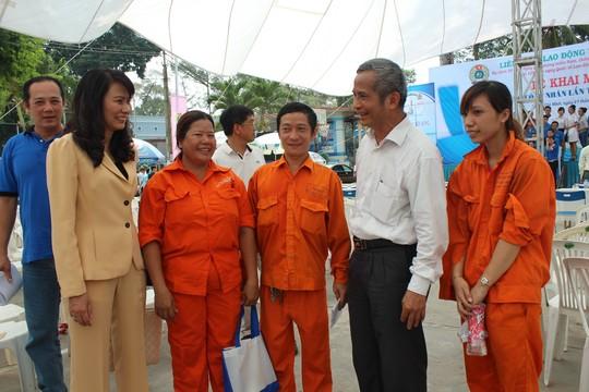 Ông Đặng Ngọc Tùng, Ủy viên Trung ương Đảng, Chủ tịch Tổng LĐLĐ Việt Nam (thứ 2 bên phải) và lãnh đạo LĐLĐ TP HCM trò chuyện với công nhân