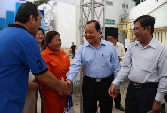 Ông Lê Thanh Hải, Ủy viên Bộ Chính trị, Bí thư Thành ủy TP HCM (thứ 2 bên trái) thăm hỏi đời sống của công nhân