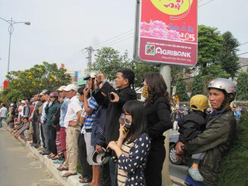 Người dân kéo về sớm đứng bên đường chờ tiễn đưa ông Thanh. Ảnh: Hoàng Dũng