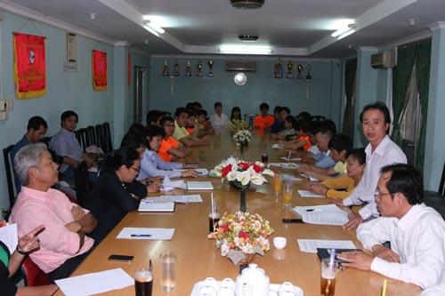 Ông Nguyễn Thanh Huy (đứng) trong buổi giải trình hôm 2-2-2015 về những nghi ngờ quanh các hợp đồng cho mượn VĐV taekwondo TP Ảnh: Đào Tùng