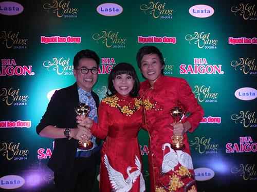 NSƯT Thành Lộc cũng kịp đến Nhà hát Thành phố nhận tượng Mai Vàng và chụp hình lưu niệm với Hoài Linh, Việt Hương