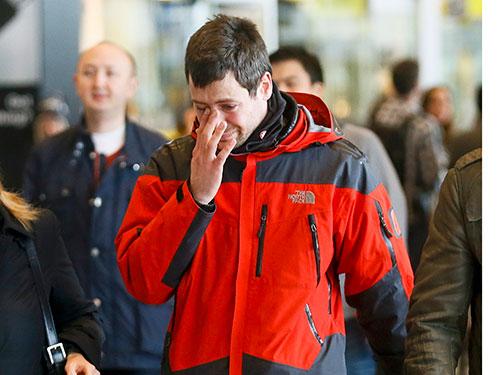 Thân nhân hành khách đau buồn khi hay tin. Ảnh: Reuters