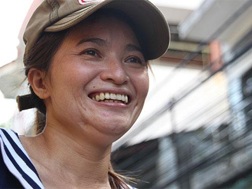 Chị Hồng cười rạng rỡ sau khi nhận được thông tin từ Công an quận Tân Bình