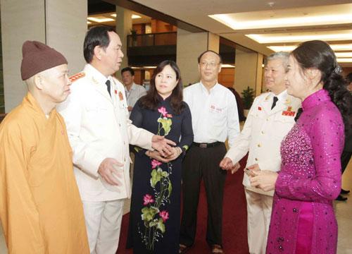 Các đại biểu Quốc hội trao đổi bên lề kỳ họp  Ảnh: TTXVN
