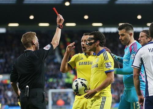 Tấm thẻ đỏ của Fabregas khiến Chelsea vỡ trận, nhận trận thua nặng nề thứ ba ở mùa giải này