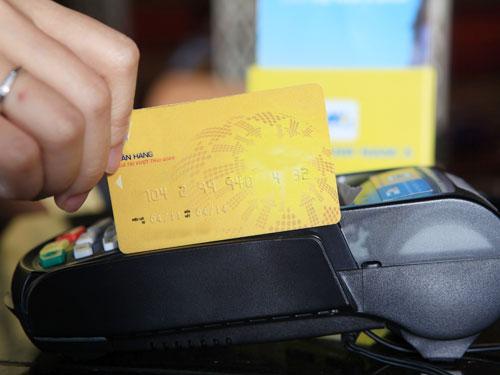 Ngân hàng, điểm chấp nhận thanh toán và chủ thẻ đều có lợi khi việc rút tiền mặt được nuo1 bóng bằng thanh toán hàng hóa. (Ảnh mang tính minh họa) được