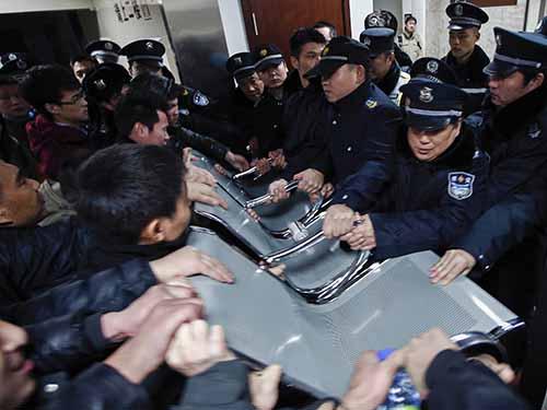 Nhiều người đã có hành động quá khích với cảnh sát khi tìm cách vào thăm người nhà bị thương trong bệnh viện. Ảnh: Reuters