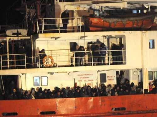 Tàu Blue Sky M với gần 1.000 người bị bỏ mặc trên Địa Trung HảiẢnh: REUTERS
