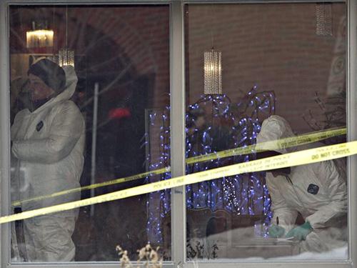 Cảnh sát điều tra bên trong nhà hàng ở Fort Saskatchewan - nơi nghi phạm tự sátẢnh: DAILY MAIL