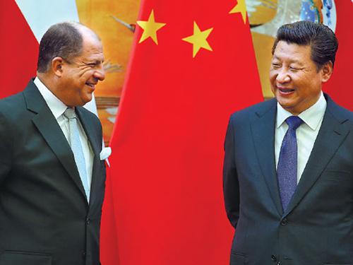 Chủ tịch Trung Quốc Tập Cận Bình (phải) tiếp Tổng thống Luis Guillermo Solis của Costa Rica, nước đang giữ chức chủ tịch luân phiên CELAC, tại Bắc Kinh hôm 6-1Ảnh: China Daily