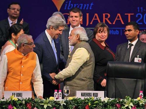 Thủ tướng Ấn Độ Narendra Modi (phải) bắt tay Ngoại trưởng Mỹ John Kerry hôm 11-1 Ảnh: AP