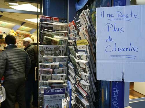 """Một quầy báo ở Paris treo bảng """"Hết báo Charlie Hebdo""""Ảnh: REUTERS"""