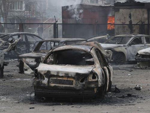 Nhiều chiếc xe bị phá hủy trong vụ tấn công nhằm vào TP Mariupol hôm 24-1Ảnh: AP