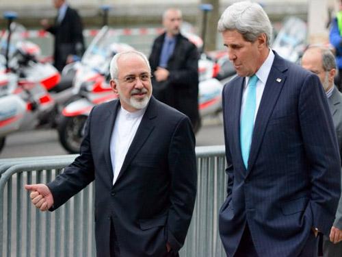 Ngoại trưởng Mỹ John Kerry (phải) tản bộ cùng người đồng cấp Iran Mohammad Javad Zarif ngày 14-1Ảnh: AP